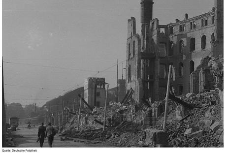 Street_Scene_in_Dresden_Germany_1945