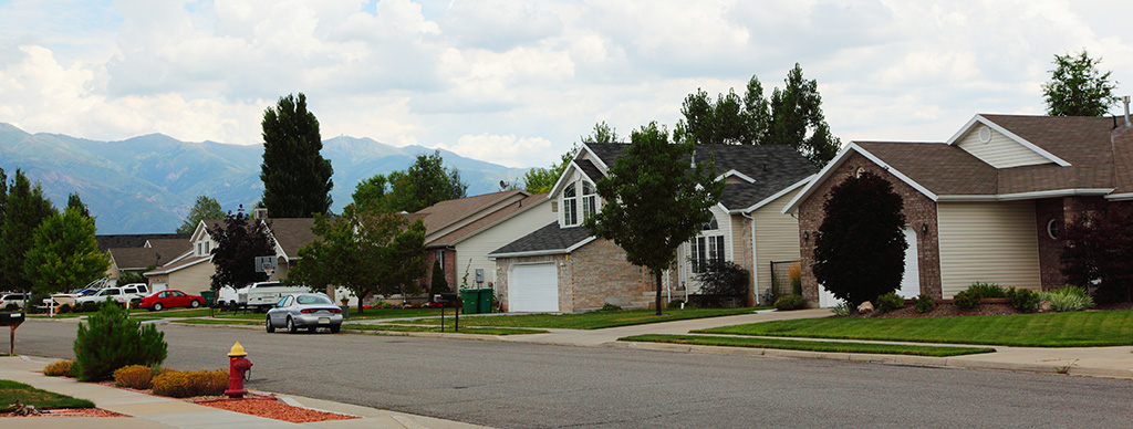 Free_creative_commons_suburban_middle_class_neighborhood_in_Layton,_Utah_(9394736640).jpg