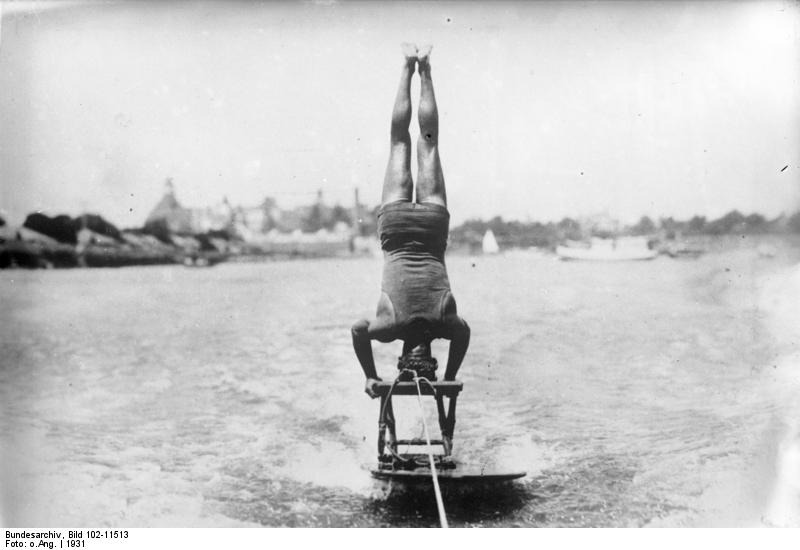 Bundesarchiv_Bild_102-11513,_Florida,_Wasserreiten_im_Kopfstand.jpg